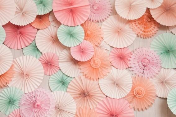 abanicos de papel para decorar una boda thesweetestoccasion